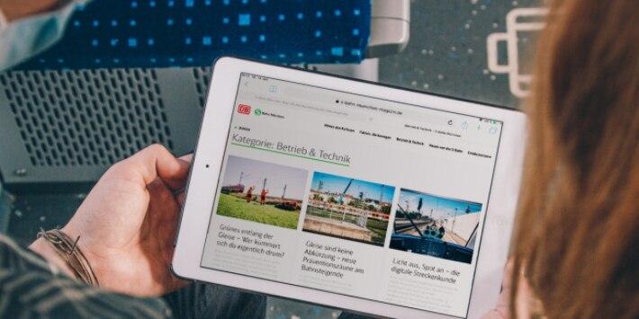 Fahrgäste lesen Online Magazin in der S-Bahn