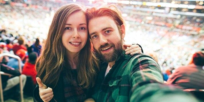 Paar beim Fußballspiel