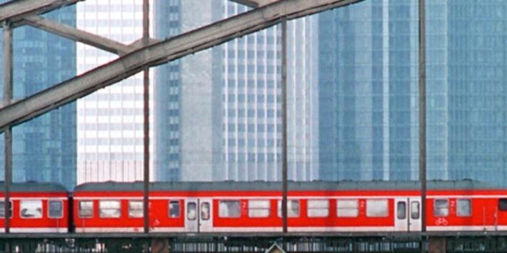 Frankfurt Deutschherrnbrücke mit Regional-Express