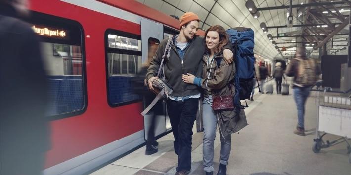 Paar mit Rucksäcken