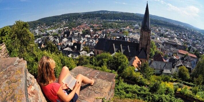 Blick auf die Lutherkirche und die Altstadt in Marburg