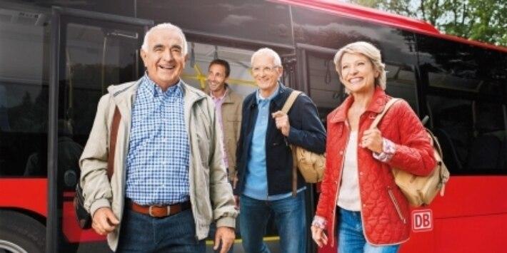 Fahrgäste beim Ausstieg aus Bus
