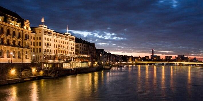 Altstadt von Basel bei Nacht