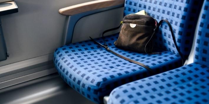 Tasche im Regio-Zug