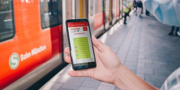 S-Bahn München, Frau mit Smartphone