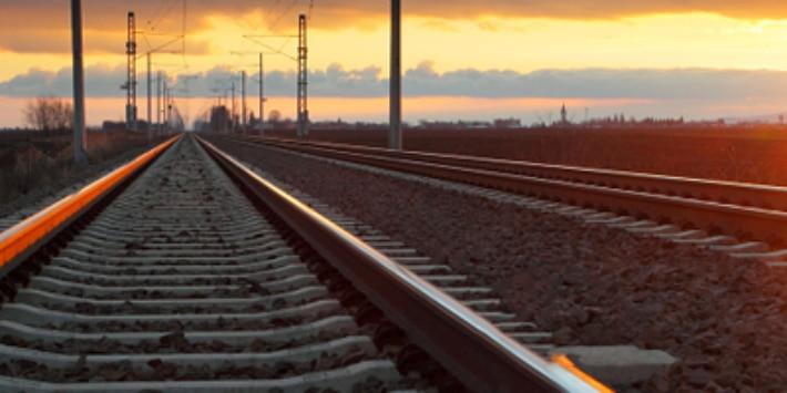 Schienennetz in der Abenddämmerung