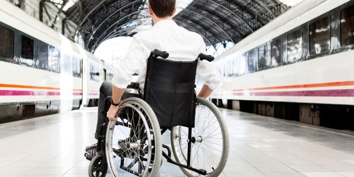 Mann im Rollstuhl am Bahnsteig
