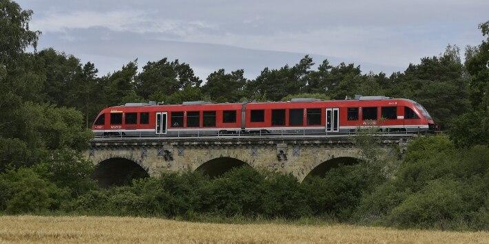Zug der Harz-Weser-Bahn auf Brücke