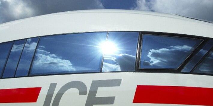 ICE 3 mit Spiegelung der Sonne