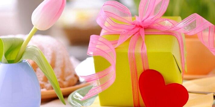 Gedeckter Tisch mit einem Geschenk