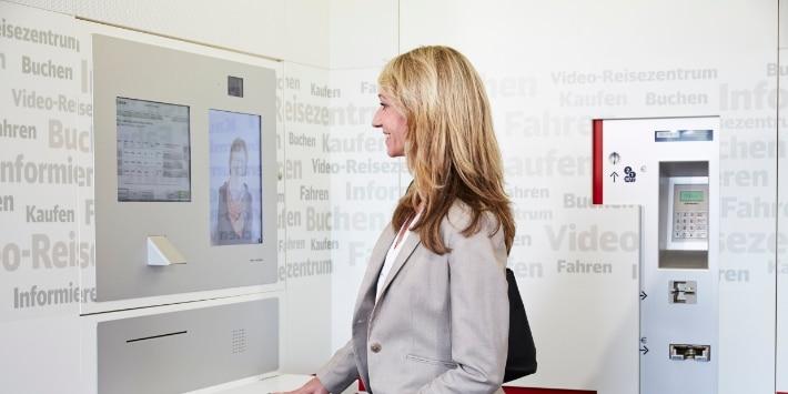 Kundin in einem Video-Reisezentrum