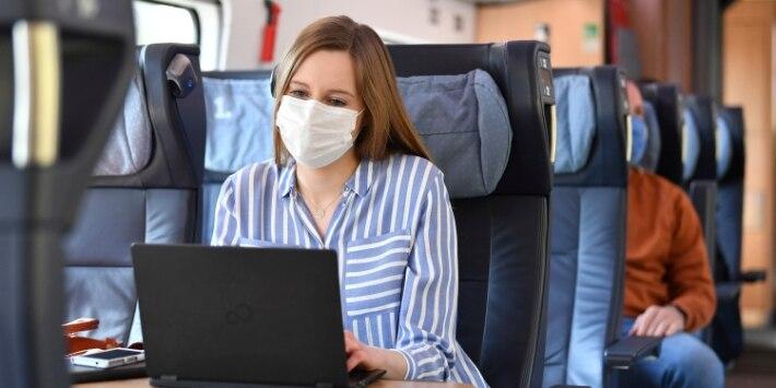 Reisende mit medizinischer Maske