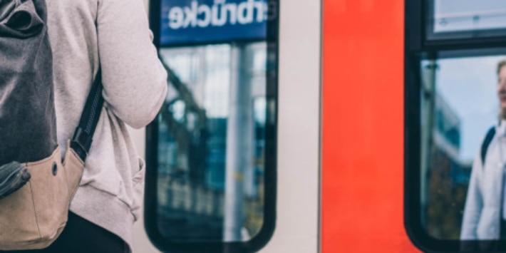 Fahrgast wartet am Bahnsteig auf seine S-Bahn
