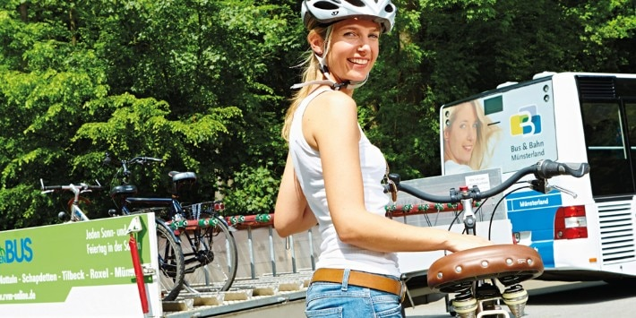 Fahrradfahrerin vor Fietsenbus Borken