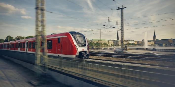 Zug der S-Bahn Hamburg an der Lombardsbrücke