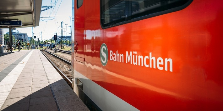S-Bahn Logo auf einer S-Bahn