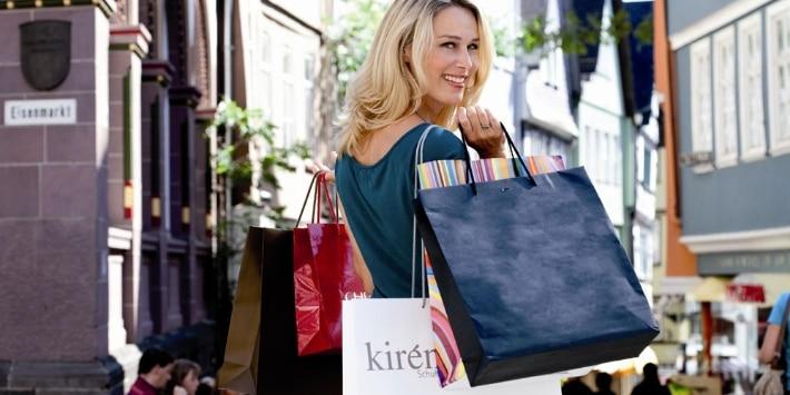 Frau beim Shopping in Wetzlar