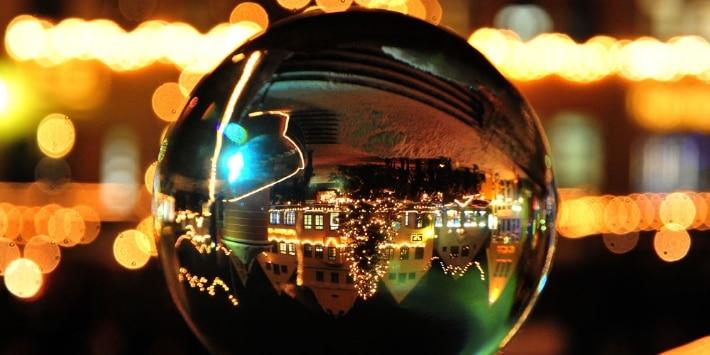 Weihnachtskugel: Blick auf den Markt kopfstehend