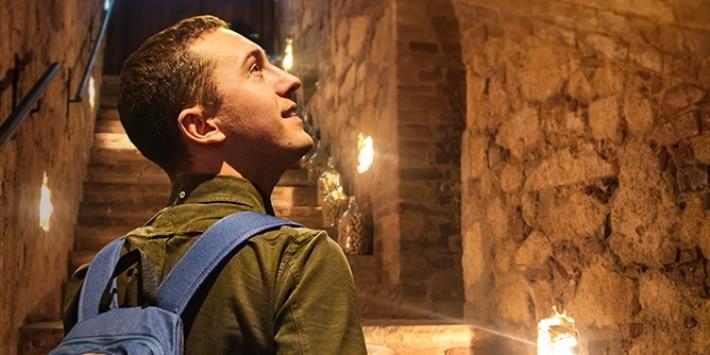 junger Mann staunt in Höhle