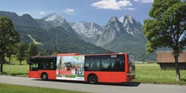 Oberbayernbus in Garmisch vor Bergkulisse