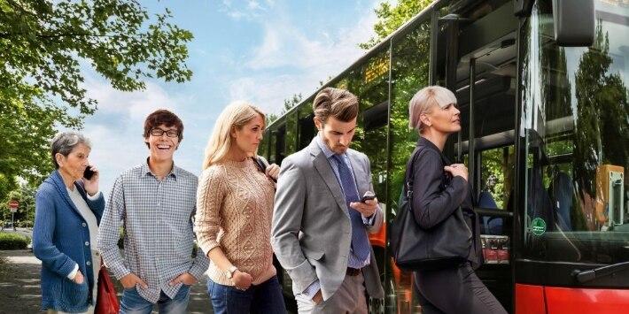 Fahrgäste beim Einstieg in Bus