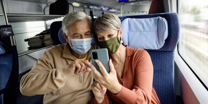 Senioren mit Maske und Smartphone