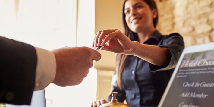 Frau übergibt Zimmerkarte