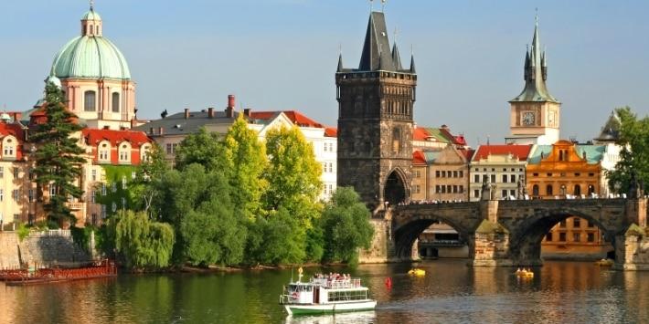 Blick auf Moldau und Karlsbrücke in Prag