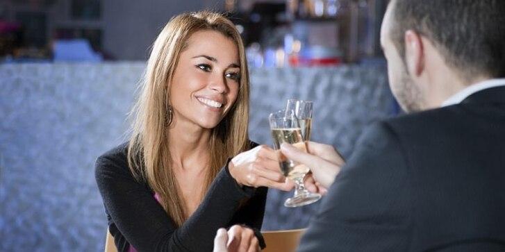Ein Mann und eine Frau stoßen mit einem Glas Sekt an