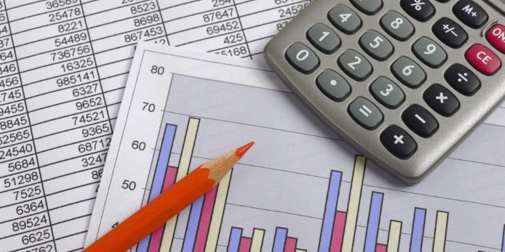 Finanzen mit Kalkulation, Chart, Zahlentabelle, Rotstift und Taschenrechner