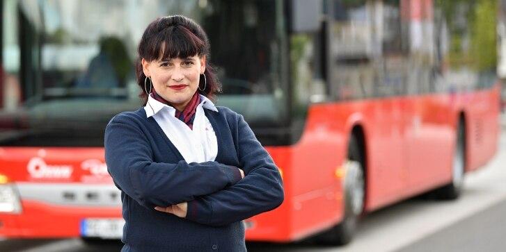 Busfahrerin vor Bus