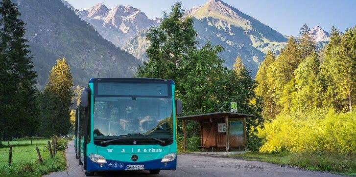 Bus vor Bergpanorama