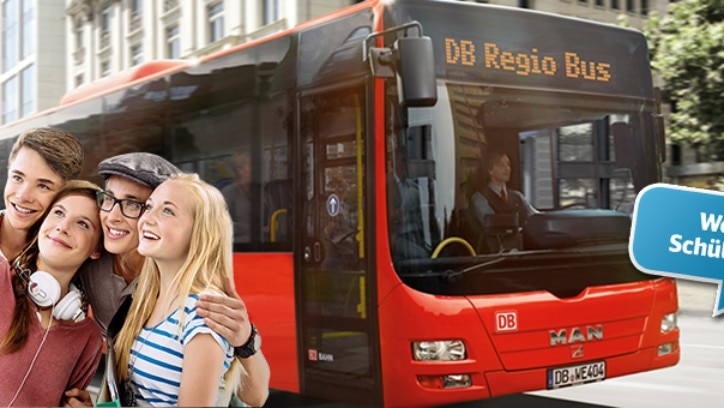 Schüler:innen machen Selfie vor Bus