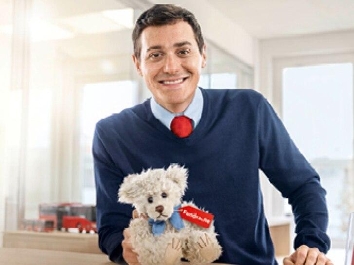 Service-Mitarbeiter mit Teddy bei Fundsachen