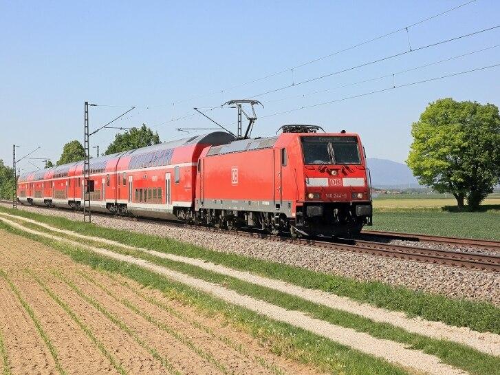 Die 146 244 fährt mit dem RE 4072 München -- Passau