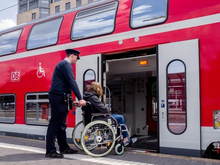 KiN hilft Rollstuhlfahrer bei Einstieg in Zug über die Rampe