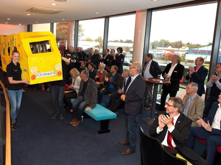 Großes gelbes Modell des Einsteigerbusses