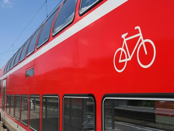 Doppelstockwagen mit Fahrrad-Icon