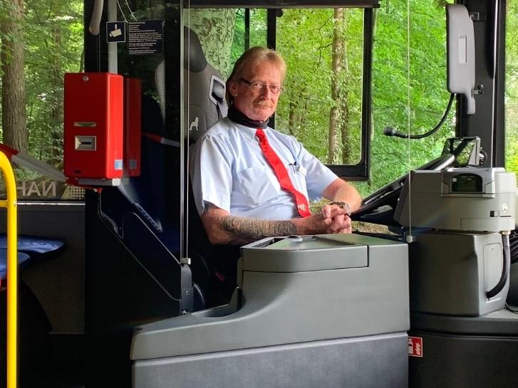Busfahrer hinter Plexiglasscheibe