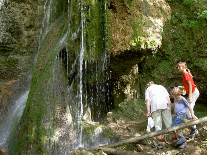 Familie am Tanneger Wasserfall