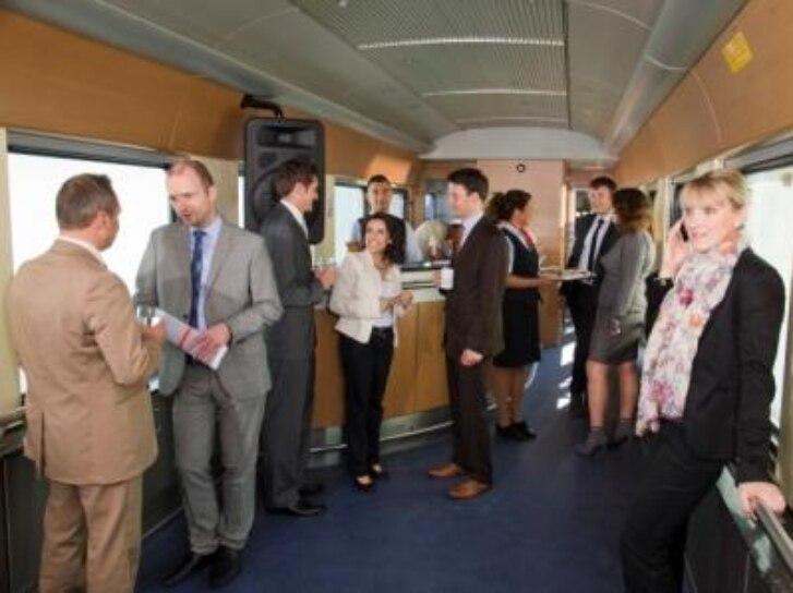 Menschen im Charterzug
