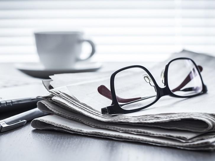 Brille und Zeitung