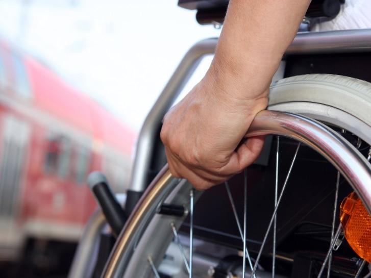 Rollstuhlfahrer am Bahnhof