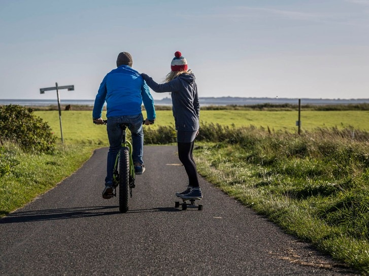 Radfahrer und Skateboardfahrer