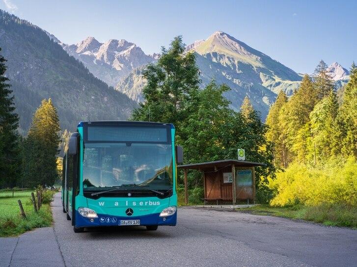 Bus in Landschaft mit Bergen