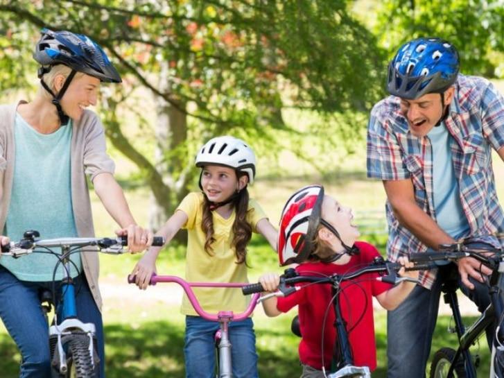 Familie macht Fahrradtour im Grünen