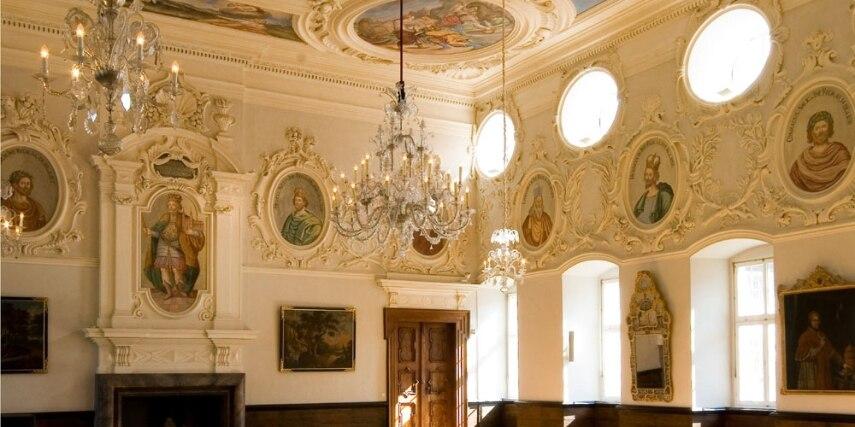 Der Kaisersaal von Corvey, reich verziert mit Stukkaturen und Bildnissen deutscher Kaiser