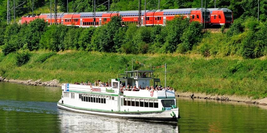 Tschechischer Ausflugsdampfer und S-Bahn
