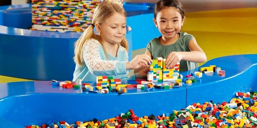 Kinder mit Legosteinen