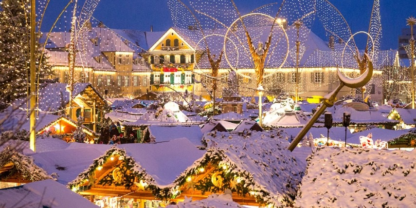 Buden und Beleuchtung im Schnee